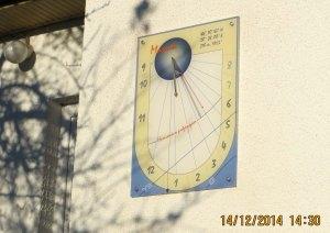 Zidni sunčani časovnik u Maniću, naselju tridesetak km južno od Beograda.